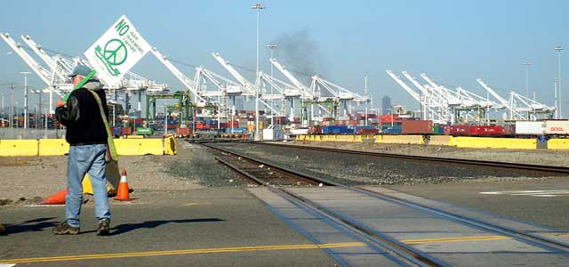 080501 ILWU port shutdown, Oakland, Internationalist photo